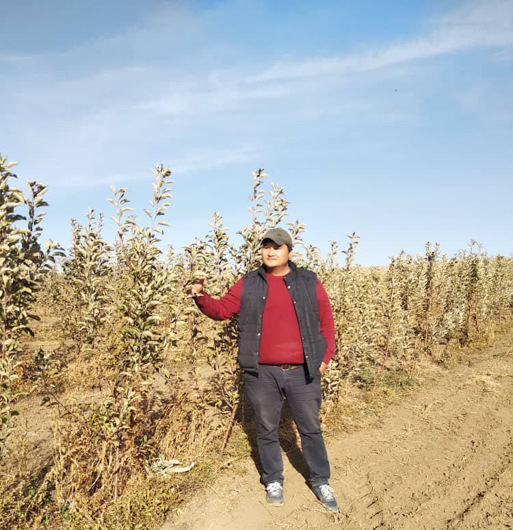 Предприниматель Спартак Подоляк в яблоневом саду
