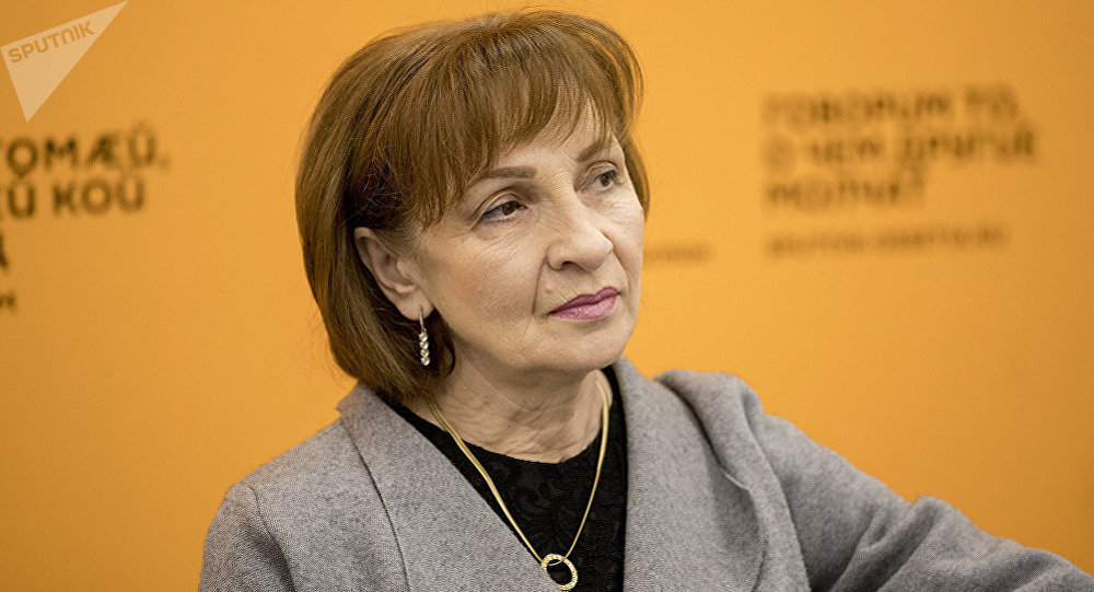 Психолог Индира Габулова во время беседы на радио
