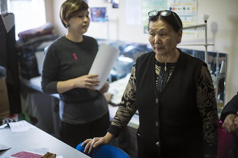 Шайырбу Сагынбаева работающая в швейном цехе