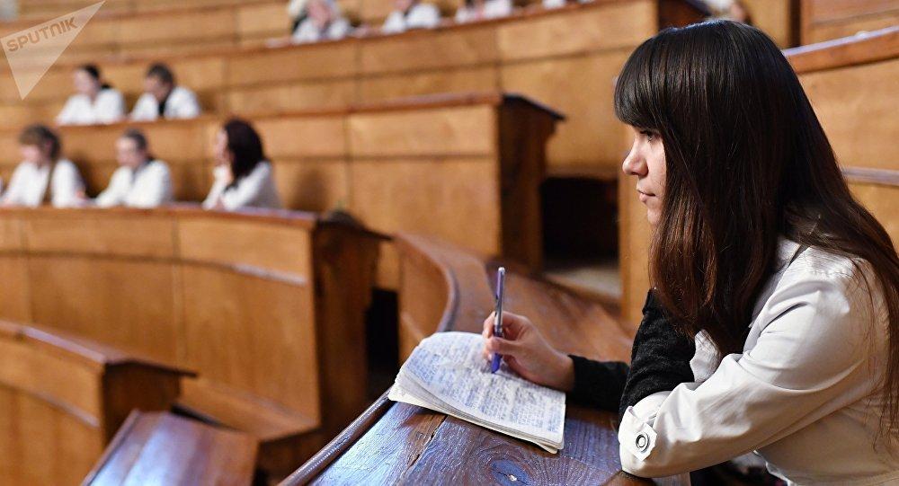 Студенты на занятиях в аудитории Медицинской академии. Архивное фото