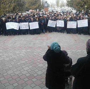 Баткен облусунун прокурору Анарбай Мамажакыповдун өлүмүнө шектелип камалган Мелис Калыковдун тарапташтары облустук администрациянын алдына митингге чыгышты
