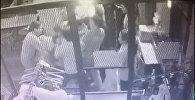 Бишкекте мас болгон кыз түнкү клубдун администраторун сабап салды. Видео