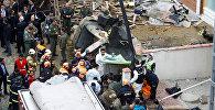 Спасатели на месте крушения военного вертолета в Стамбуле