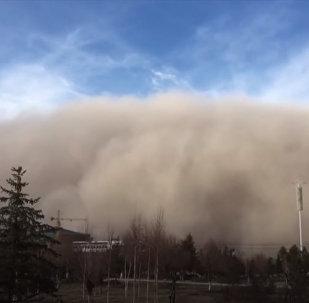 Гигантская песчаная буря закрыла полнеба — пугающее видео из Китая