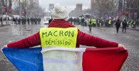 Участник акции протеста против роста цен на бензин желтые жилеты в Париже. Во Франции продолжается народная акция протеста автомобилистов с требованием от властей снижения налогов на топливо.