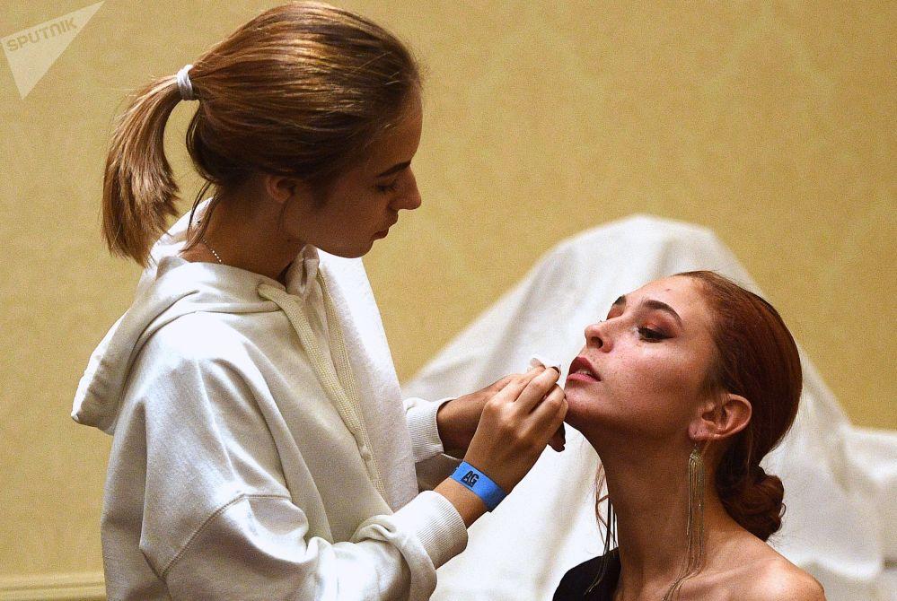 Участницы конкурса Топ-модель России — 2018 готовятся к выходу на сцену