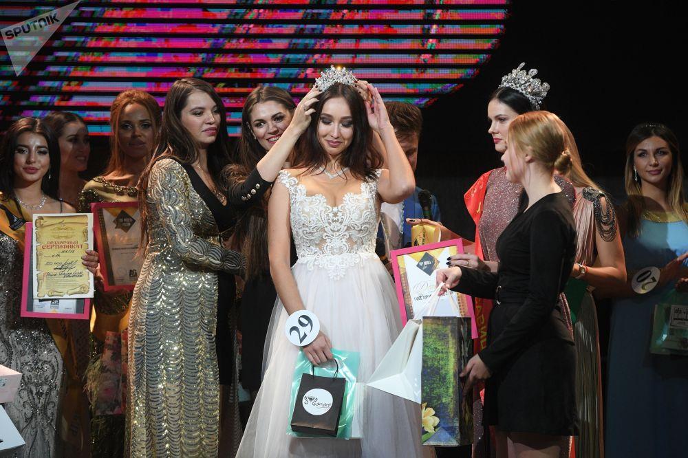 Первой вице-мисс конкурса признали Софью Албаеву (в центре)
