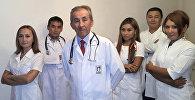 Главный кардиохирург страны, профессор, доктор медицинских наук Калдарбек Абдраманов на переднем плане