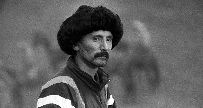 Известный каскадер и режиссер Усен Кудайбергенов во время съемок. Архивное фото