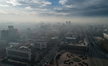 Вид на центр Бишкека с высоты охваченный смогом. Архивное фото