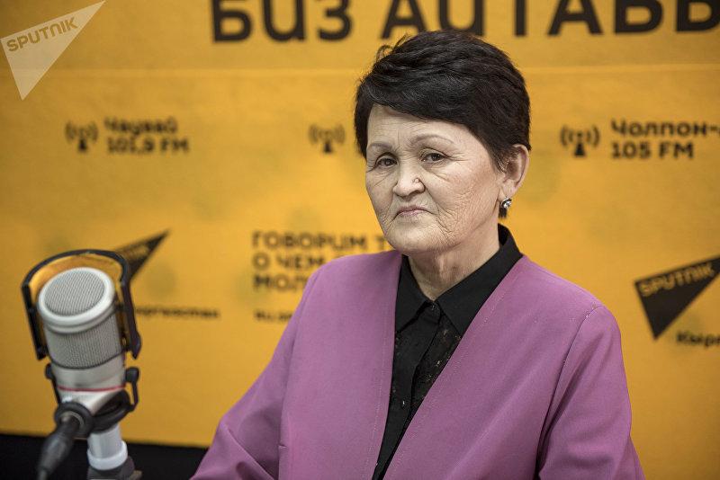 Отличник КТРК, художник-постановщик Гулум Жапаркулова во время беседы на радио Sputnik Кыргызстан