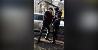 Водитель повздорил с инспектором при эвакуации авто в Бишкеке — видео