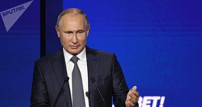 Президент РФ Владимир Путин выступает на пленарной сессии Создавать партнёрства. Устранять разногласия 10-го ежегодного инвестиционного форума ВТБ Капитал Россия зовёт!, проходящего на площадке Центра международной торговли (ЦМТ).