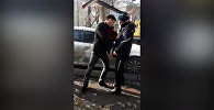 Бишкекте айдоочу унааны эвакуациялоо маалында инспектор менен жакалаша кетти. Видео