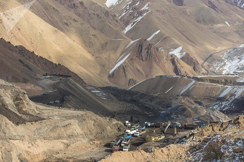 Сотрудники на месторождении Кара-Кече во время добычи угля
