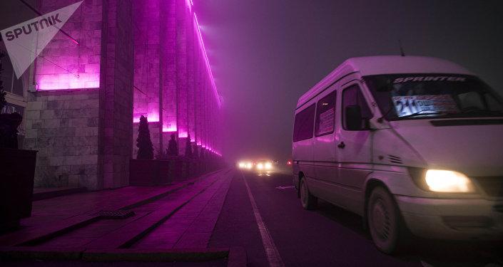 Маршрутка едет в центре столицы во время густого тумана в Бишкеке