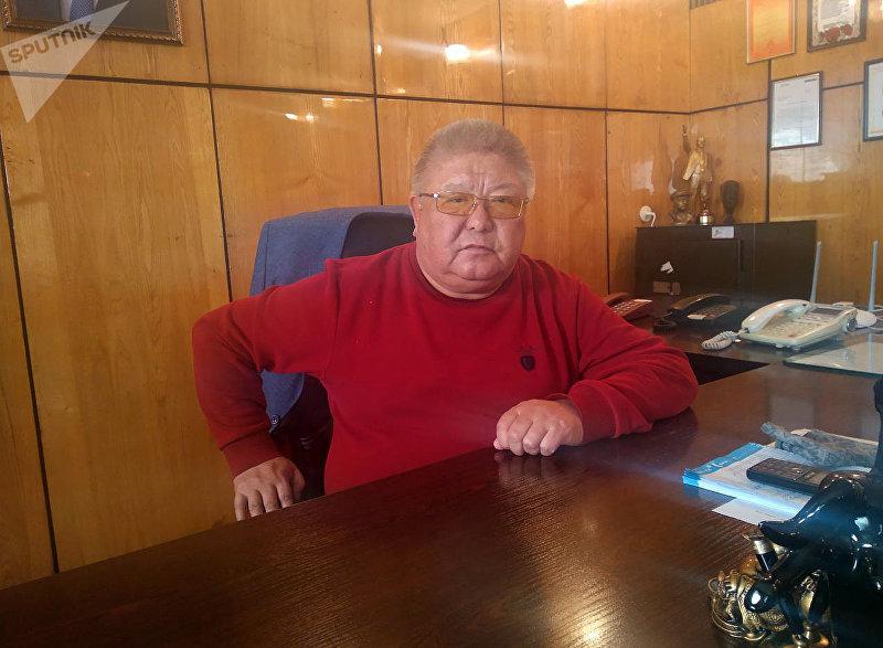 Генеральный директор Кыргызского государственного цирка Курмангазы Исанаев на рабочем кабинете