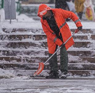 Сотрудник МП Тазалык убирает снег в Бишкеке. Архивное фото