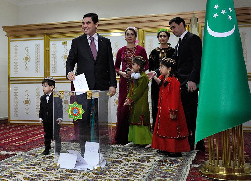 Президент Туркменистана Гурбангулы Бердымухамедов голосует на избирательном участке во время президентских выборов в Ашхабаде. 12 февраля 2017 года