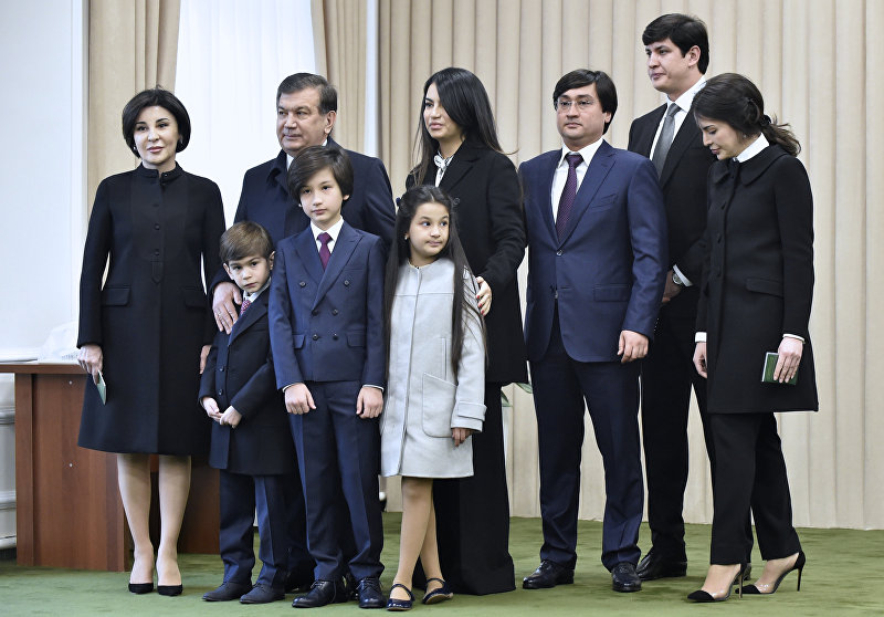 Президент Узбекистана Шавкат Мирзиёев со своей семьей после голосования во время президентских выборов в Ташкенте, Узбекистан. 4 декабря 2016 года