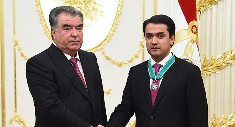 Президента Таджикистана Эмомали Рахмон наградил председателя города Душанбе, старшего сына главы государства Рустами Эмомали орденом Зарринточ (Золотая корона) 2-й степени