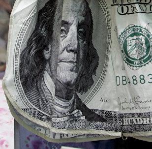 Мужское нижнее белье с нарисованными банкнотами. Архивное фото