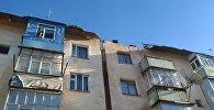 Сильный ветер в ночь на 1 декабря сорвал крыши домов и повалил деревья и столбы в городе Каракол