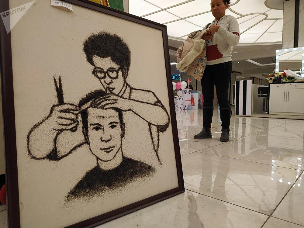 Умар не просто художник — последние шесть лет он работает еще и парикмахером, поэтому и возникла идея писать картины из волос