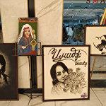 На выставке можно увидеть картины из волос. Их автор —  парикмахер-художник Умар Мажитов.