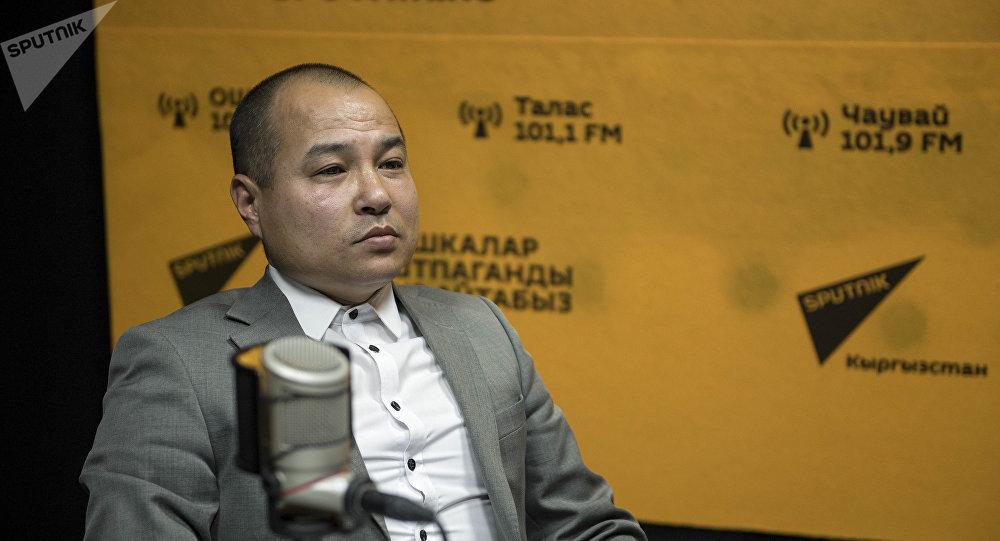 Оперный певец Алмаз Истамбаев во время беседы