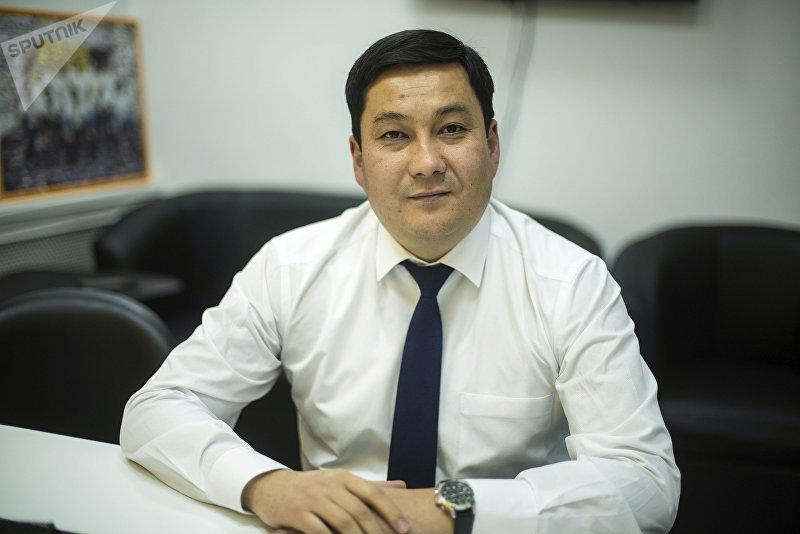 Аким Ленинского района Бишкека Нурдин Тынаев во время беседы