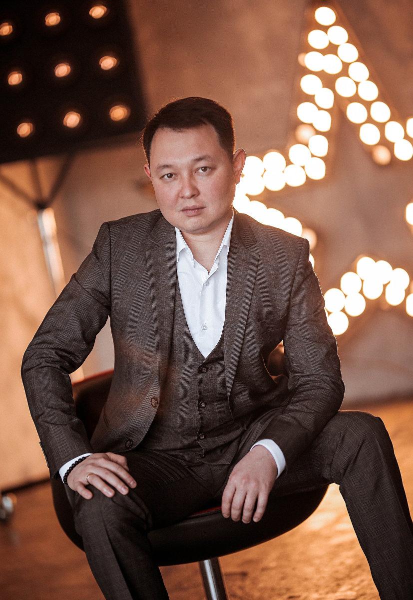 Ведущий радио, телевидения, мероприятий и саундактер Эрик Молдалиев на фотосете