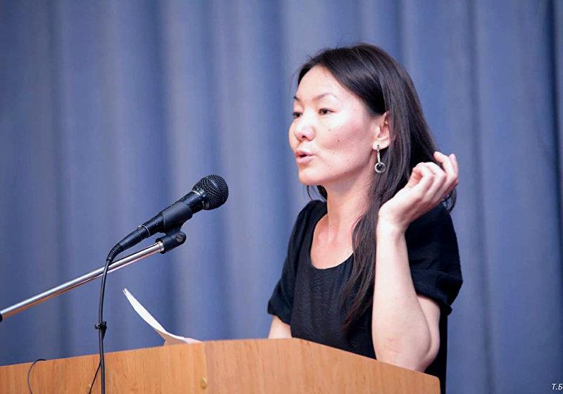 Акын Нарсулуу Гургубаева выступает на пресс-конференции