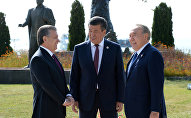 Президент РУз Шавкат Мирзиёев, Экс-президент Казахстана Нурсултан Назарбаев и президент Кыргызстана Сооронбай Жээнбеков