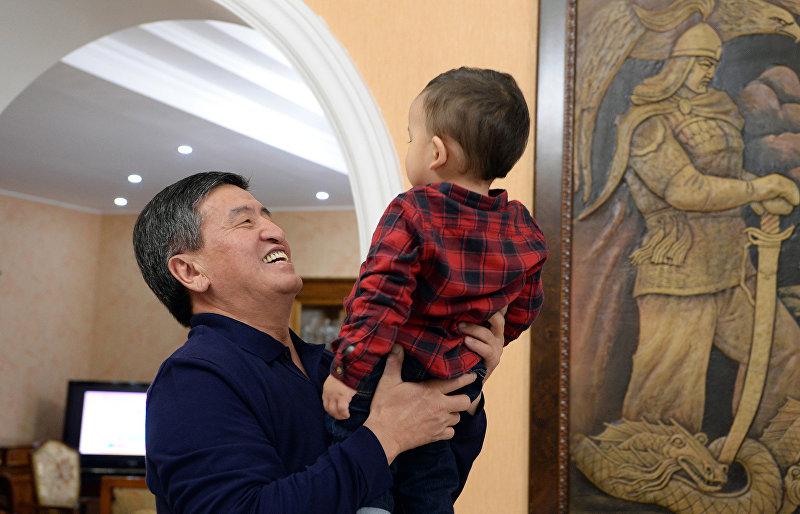Президент Кыргызстана Сооронбай Жээнбеков с внуком