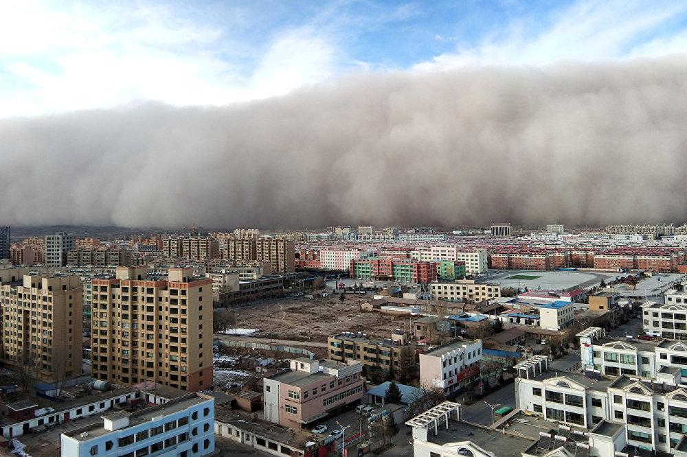 Песчаная буря в городе Чжанъе в Китае