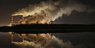 Дым выходящий из труб ТЭС. Архивное фото