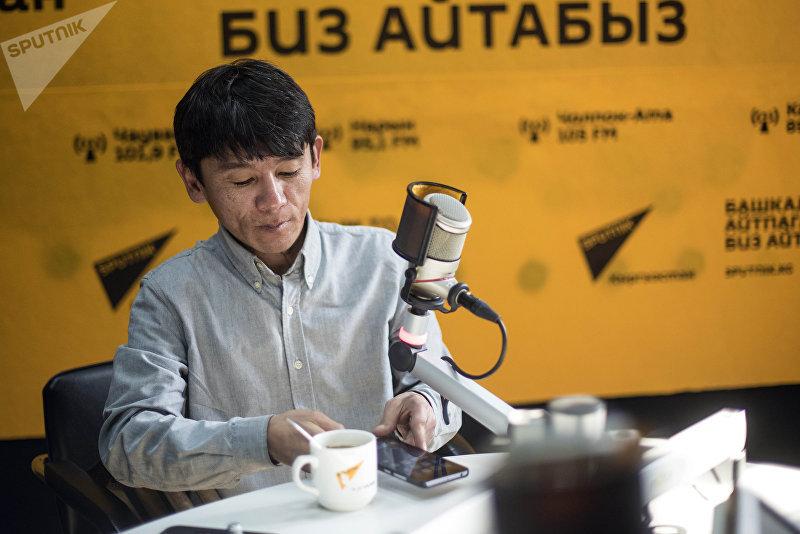 Предприниматель с ОВЗ Мирбек Мураталиев во время беседы на радио