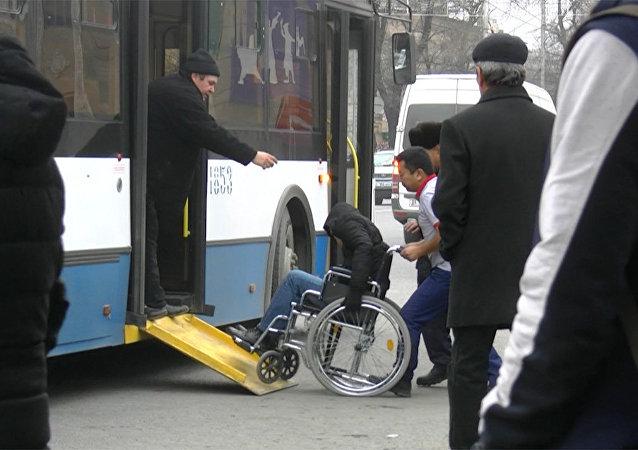 Парень в коляске садится в общественный транспорт — соцэксперимент в Бишкеке