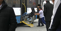 Арабадагы майып коомдук транспортко түшө алабы? Социалдык эксперимент