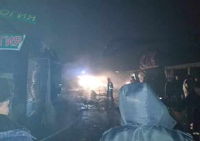 Сотрудники МЧС на месте крупного пожара на Ошском рынке