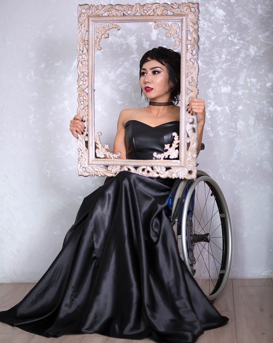 Сотрудница общественных фондов Равенство и Назик кыз, инвалид Азиза Иминова