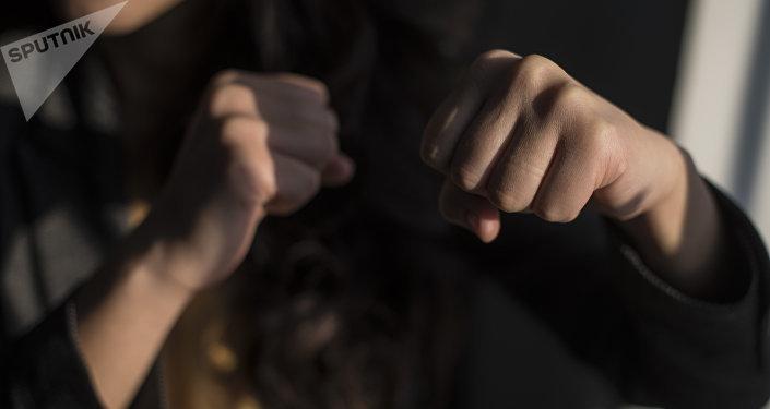 Сжатый кулак девушки. Иллюистративное фото