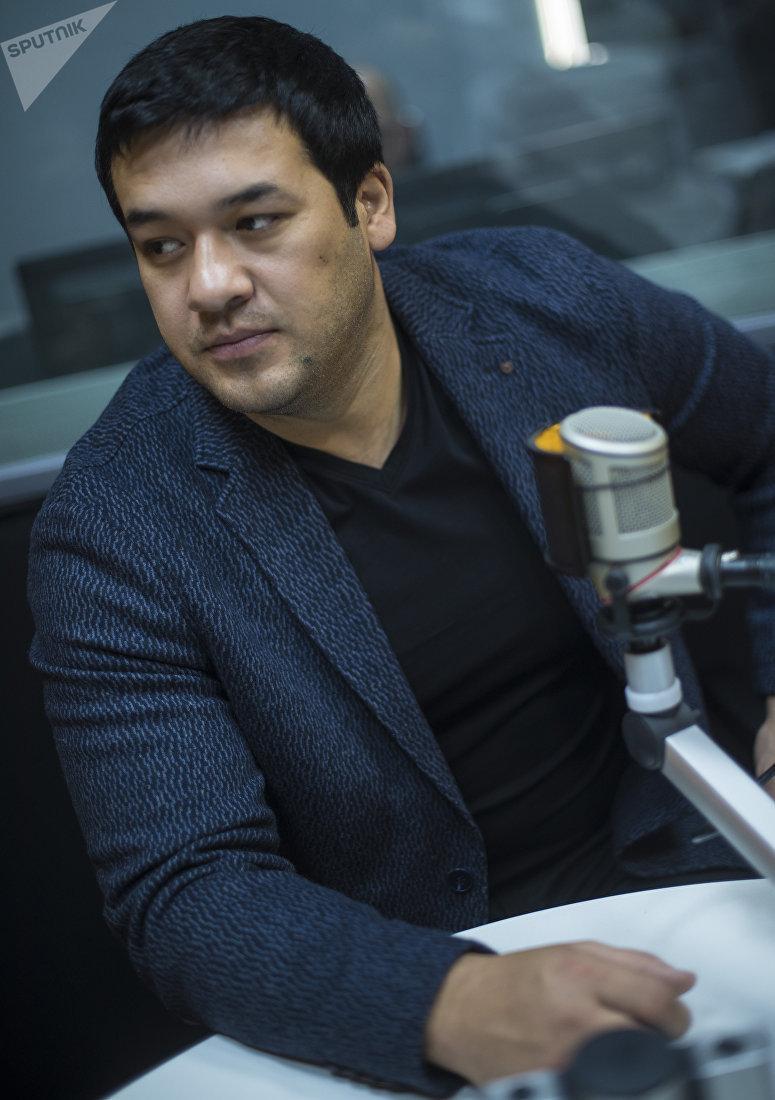 Узбекский актер, исполнитель одной из главных ролей в фильме Делбирим Улугбек Кадыров во время интервью на радиостудии Sputnik Кыргызстан