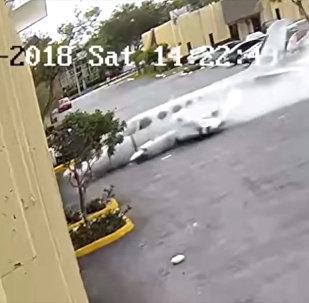 Крушение самолета в США попало на видео. Врезался в детский центр
