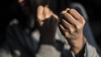 Девушка показывает кулак. Иллюистративное фото