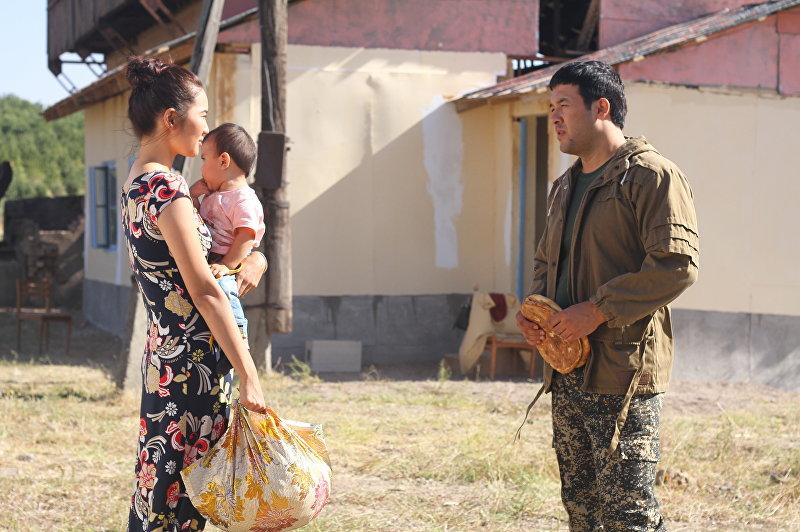 Кыргызская актриса Мадина Талипбек в образе Асель и узбексий актер Улугбек Кадыров в образе Байтемира на съемка фильма Делбирим