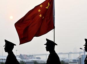 Военнослужащие Китая с флагом. Архивное фото