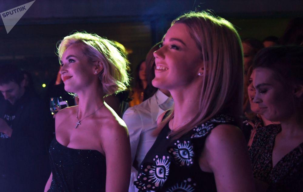 Певицы Полина Гагарина и Юлианна Караулова (справа)