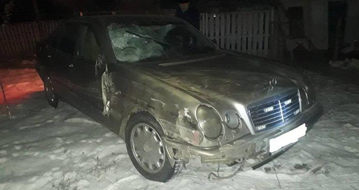 Ысык-Ата районуна караштуу Красная речка айылынын жолунан унаасын түртүп келе жаткан 18 жаштагы жигитти Mercedes-Benz үлгүсүндөгү машина коюп каза болгонун Чүй облустук милициясы билдирди